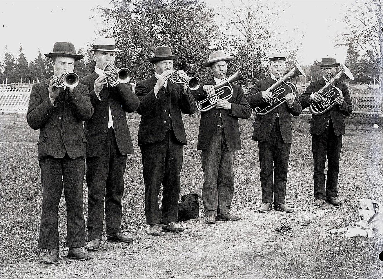 Erik Anders Englund, tredje från höger och brodern Viktor Nylund, tredje från vänster var så musikaliska att de fick vara med i den hornorkester som verkade i Dagsmark på 1920-1930-talet.