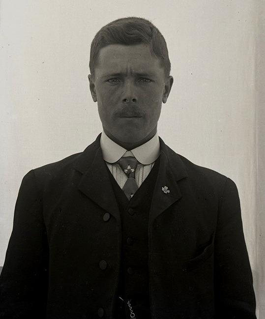 På bilden bonden Erik Anders Englund (1880-1948) med ungdomsföreningens märke i rockuppslaget.