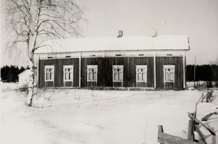 Här den gamla Strömbergs gården fotograferad någon gång på 50-talet. Till vänster skymtar Eliel och Signes gård.