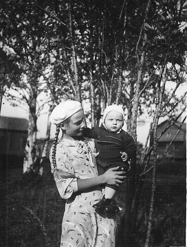 På detta foto taget sommaren 1938 Pentti i famnen på sin storasyster Elvi.