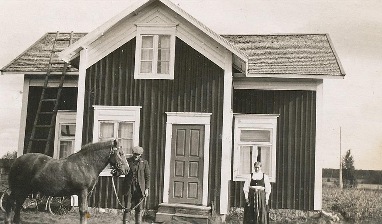 """Här står """"Åsinas"""" Erland Rosenback med häst och hustrun Fina framför den lillstuga som han byggde 1935."""