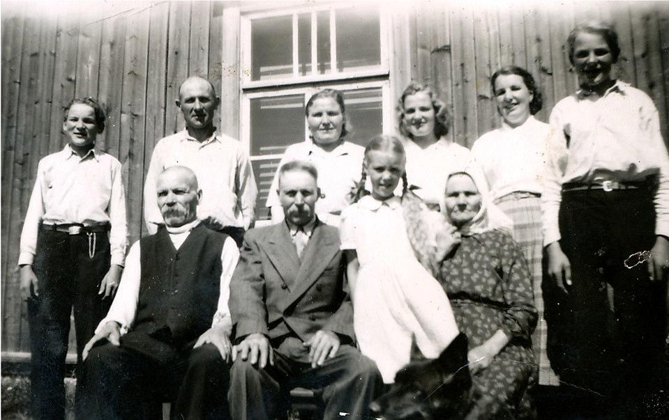 Nere t.v. sitter Oskar Myllyniemi och ser nöjd ut. Bakom honom står Knut Santamäki som gift sig med dottern Hilda. Bredvid Hilda står Helvi Santamäki och längst t.v. står Kauko Santamäki.