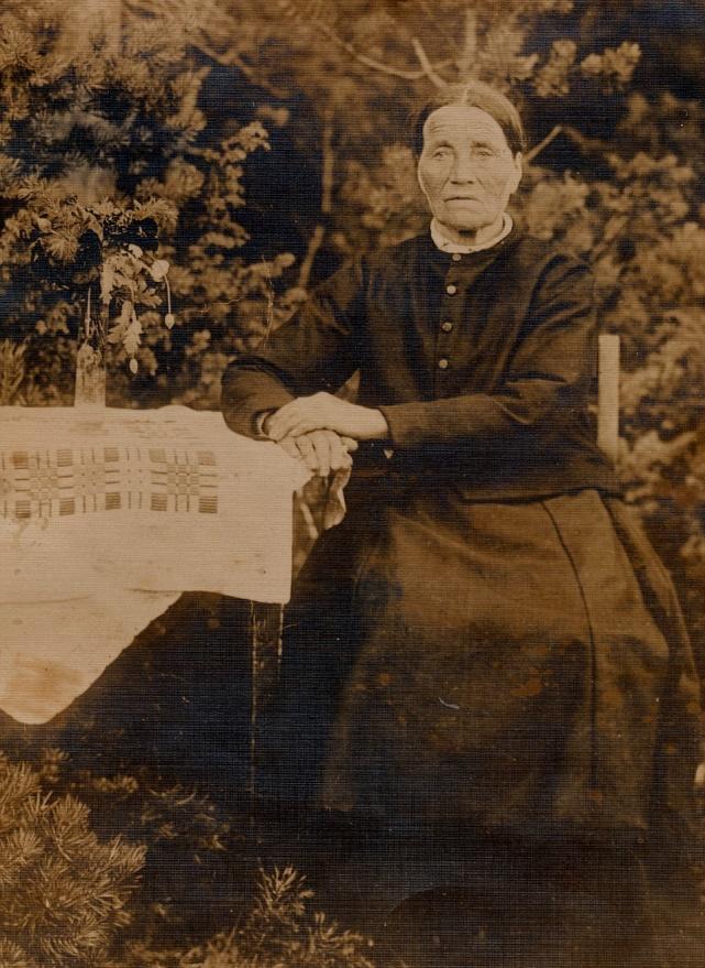 På bilden Anna Sofia Strömberg som tidigt blev änka efter Josef Strömberg d.ä. och som flyttade till en lillstuga som stod närmare 100 meter från Strömbergs gård, upp mot skogen. Lillstugan revs ner för länge sedan och en ny gård har nyligen byggts nästan på samma ställe.