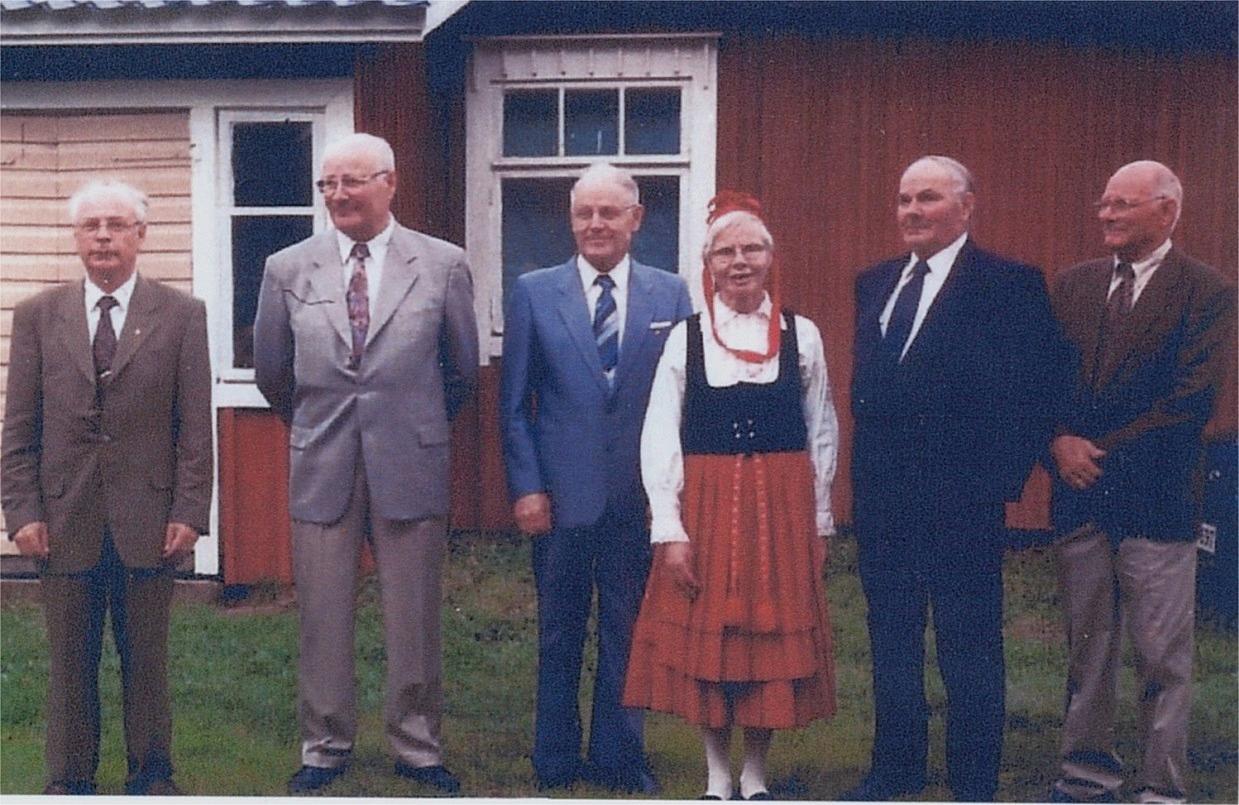 Här står syskonen Hällback framför lillstugan år 2000. Fr.v. Pentti, Aarre, Pauli, Sylvi Blomqvist, Alvar och Jarl.