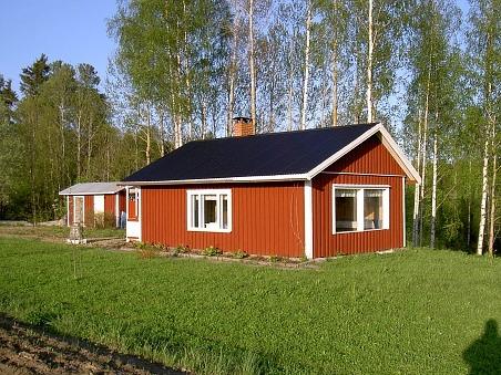 Keijo och Kauko Santamäkis fritidsbostad nära åbranten byggdes delvis av delar från Knut Santamäkis uthus, då det revs 1998.