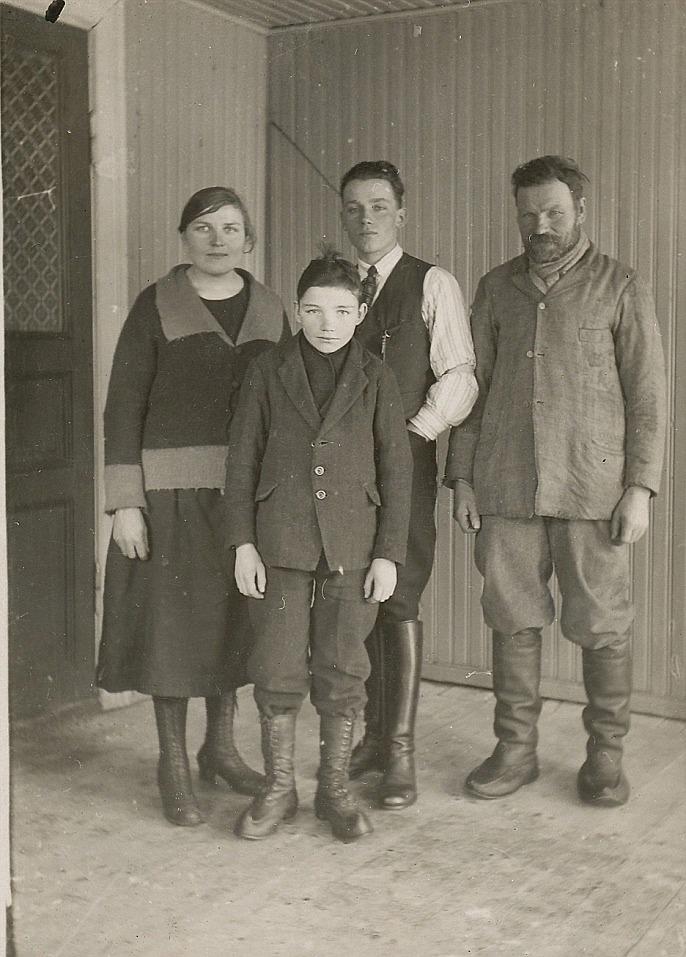 T.h. står Oskar Myllyniemi med barnen Hilda, Johannes och Urho.