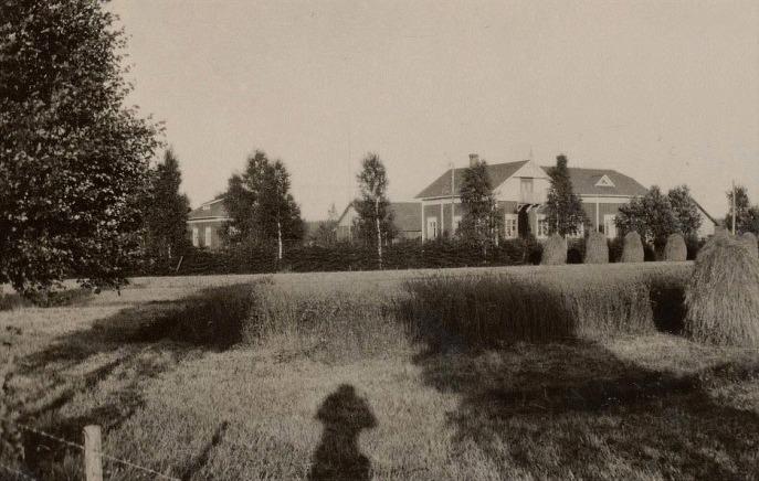 Här syns skuggan av fotografen Selim Björses då han fotograferade Englunds gård uppe i Palon.
