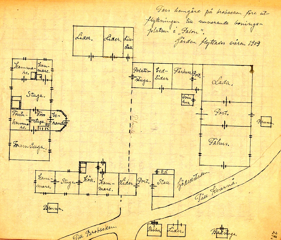 """På kartan som Helga Englund ritat så ser vi var """"Koll-gåålin"""" stod i korsningen till Lillsjö. Det var ju en tidstypisk helhet med innergården helt omgärdad av olika byggnader. Alla byggnader var timrade av stock men endast boningshuset och lillstugan var brädfodrade. Boningshuset hade från början ingen riktig stenfot, så år 1870 plockades gården ner och då sattes en ny stenfot av kilad sten under och så byggdes gården upp på nytt."""