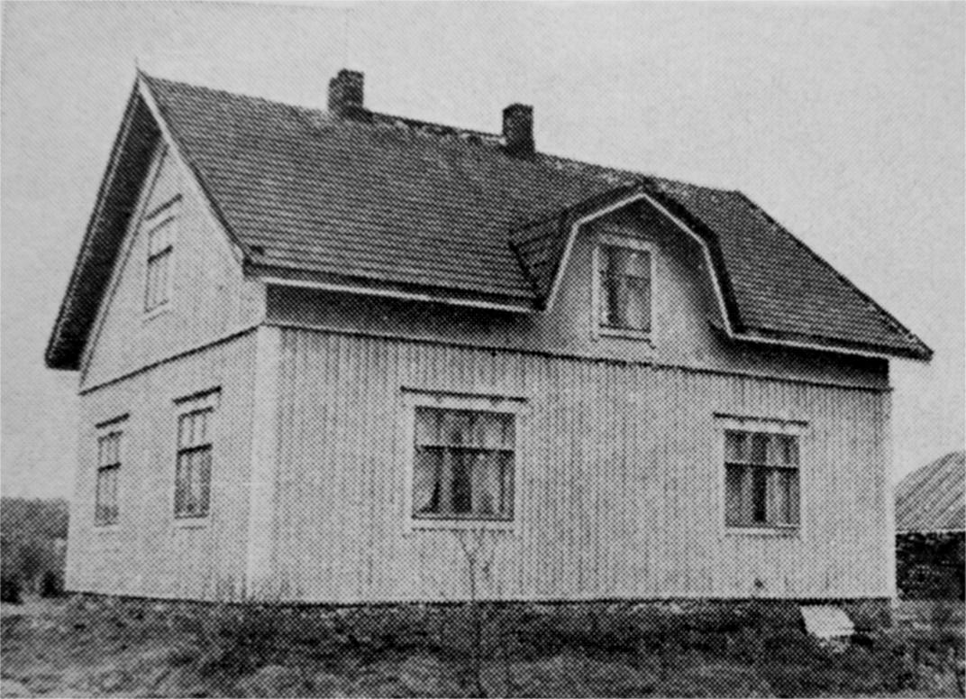 Här i denna gård bodde Hulda från år 1932 till 1969, då hon dog.