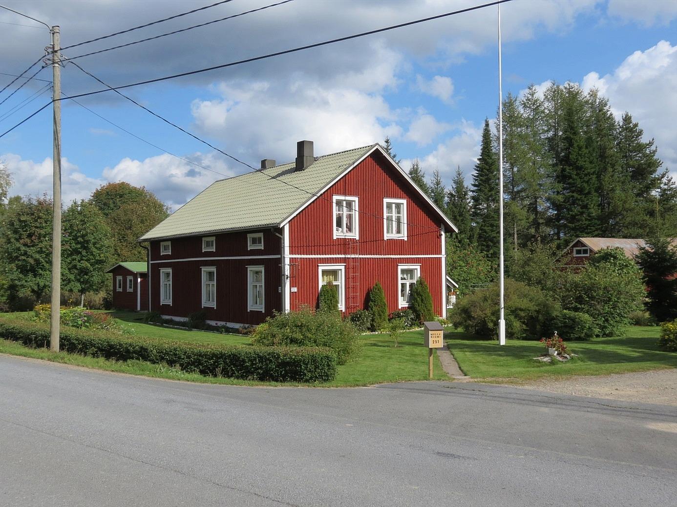 På bilden Myllyniemis gård som den ser ut idag, fotograferad från väster.