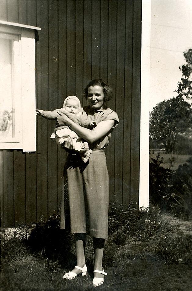 Här Helvi Klemets med den äldre dottern på armen, sommaren 1955.