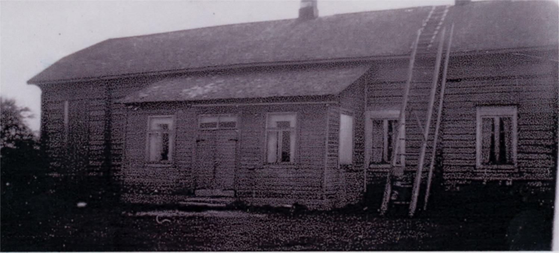 Så här såg gården ut då Hällback köpte den av Norén. Den var då ännu utan brädfodring och alla rum var inte inredda.