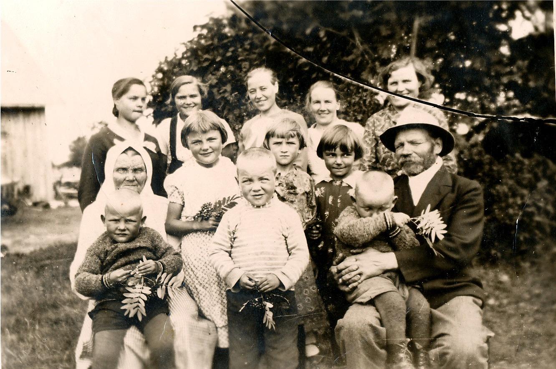 På bilden Myllyniemis familj. Nere från vänster Miina Myllyniemi med Keijo Santamäki i famnen, sedan Helvi Santamäki och Pertti Santamäki. Bakom Pertti hans kusin Alli Lähdesmäki och bredvid henne Alli Myllyniemi. Mannen med hatten är Oskar Myllyniemi med Kauko Santamäki i famnen. Där bak står från vänster fröken Niemi från Villamo, sedan Helmi Myllyniemi, Martta Forsberg från Sideby, Sylvi Myllyniemi och Hilda Santamäki.