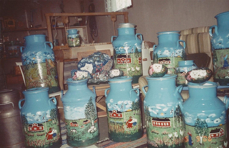 Här en del av de mjölkkannor och stenar som Helvi har målat. De här produkterna blev snabbt populära och finns lite överallt i landet.