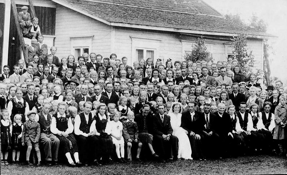 13 juli 1947 så gifte sig Elin Lillkulls dotter Alice Landgärds (f. 1928) med Lennart Teir (f.1919) från Härkmeri och här ser vi bröllopsgästerna samlade för fotografering. Alice och Lennart bodde under en lång tid i Jakobstad där Lennart var apotekare.