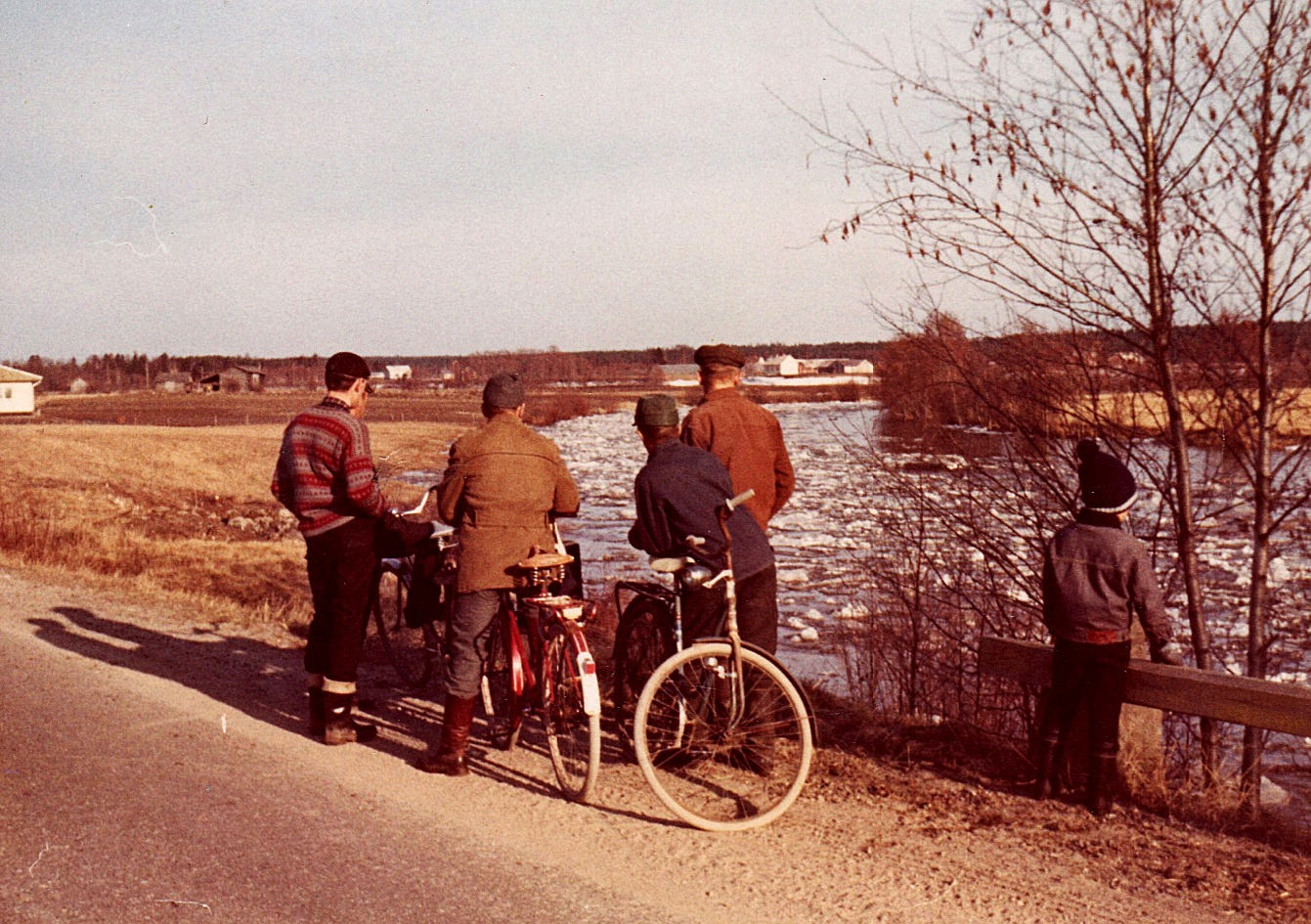 Islossningen har alltid varit ett folknöje. Här står folk år 1969 från Sebbasbackan och Klemetsändan och ser på islossningen nedanför Lindells.