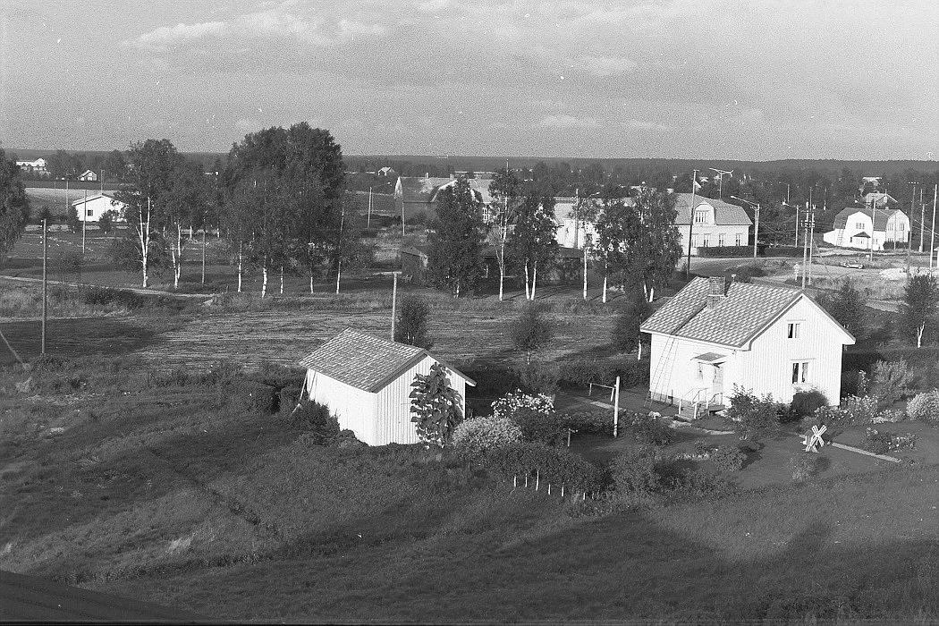Längst fram Elin Rosenbacks gård och längre bak mejeriet, Nelson butik och Anderssons gård nära bron. Foto från lokaltaket 1972.