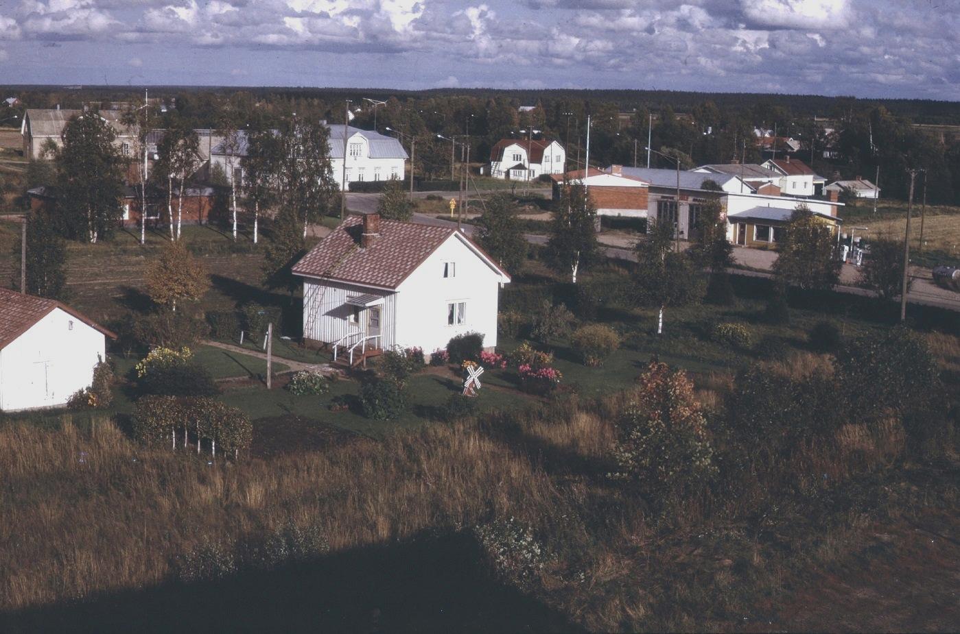 Dagsmark Centrum fotograferat 1974 då ett egnahemshus byggts ovanpå grunden till det nedbrunna sparbankshuset.