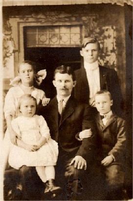 På detta foto från Amerika Isak Barck med dottern Irene i famnen och de övriga barnen Saimi, Eino och Birger.