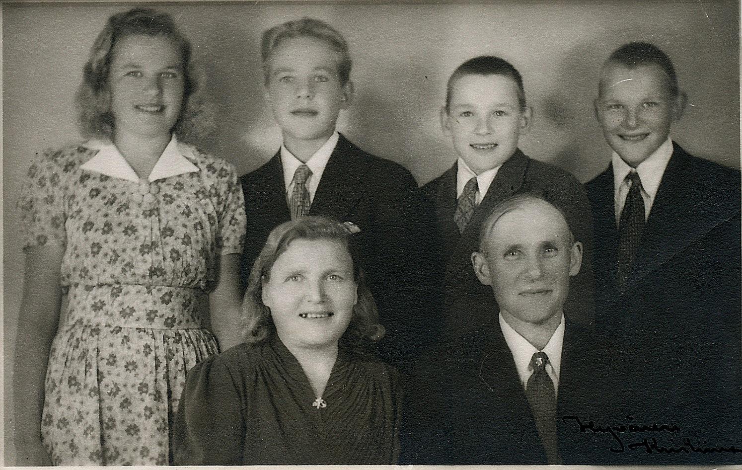 Här sitter Hilda och Knut Santamäki i Hyvönens fotoatelje i Kristinestad tillsammans med barnen Helvi, Pertti och tvillingarna Kauko och Keijo.