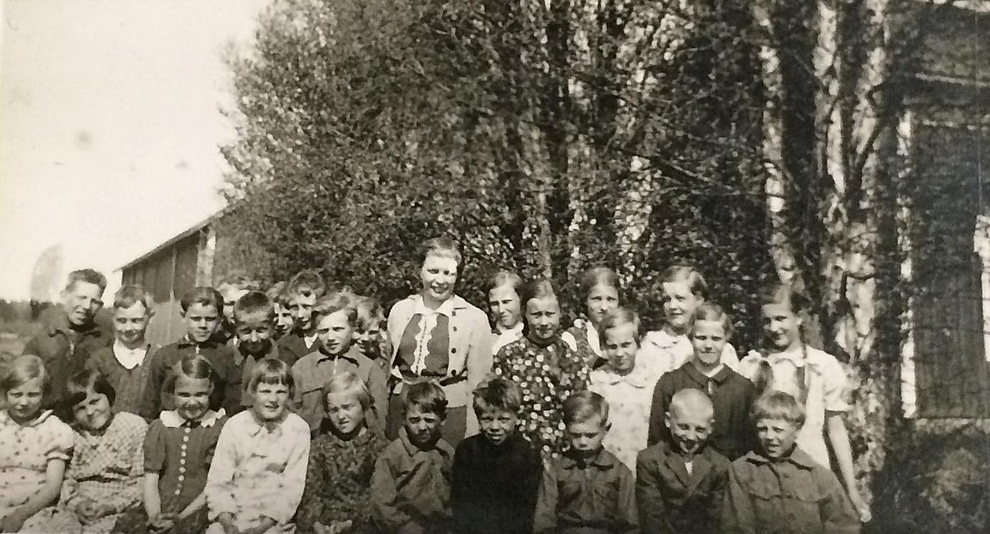 """Den finska folkskolan var inhyst i Erland och Finas stora bondgård under några år i slutet på 30-talet. Den verkade här till 1941 då skolan flyttade till """"Kårk-Erk-Jåhanas"""" gård i Palon, som då ägdes av Varsaviita från Vanhakylä. Efter kriget övertog Jantunen denna går och då flyttade skolan till """"Pelas-Viktors"""" stora bondgård nära Lillbron."""