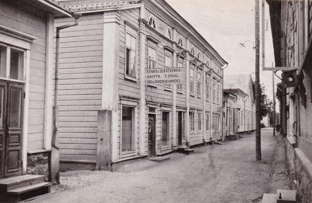 I bortre ändan av Fremdelings gård på Strandgatan fanns det välkända Kyynys kafé och där arbetade Sylvi Salin under flera år före hon gifte sig med Johannes och flyttade till Dagsmark. I huset finns idag Varuhus Talas järnaffär.