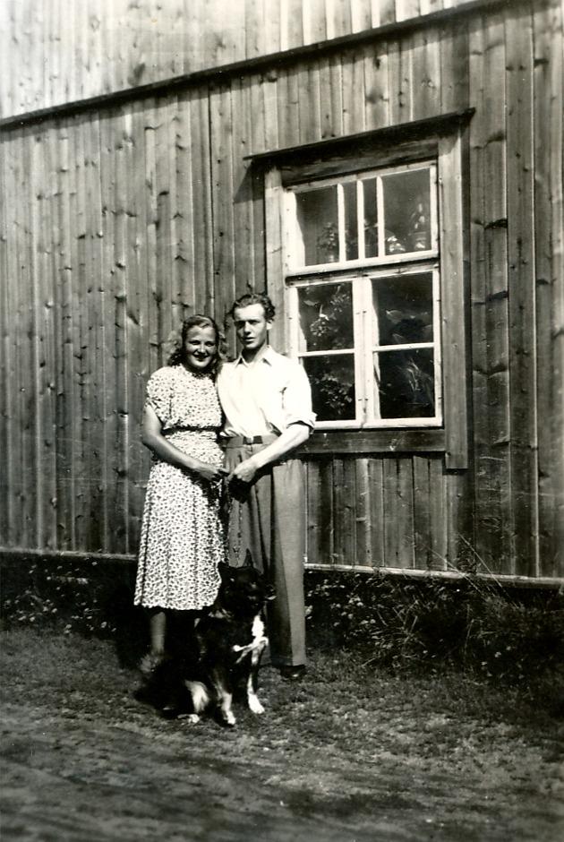 Helvi och Nils framför Santamäkis gård.