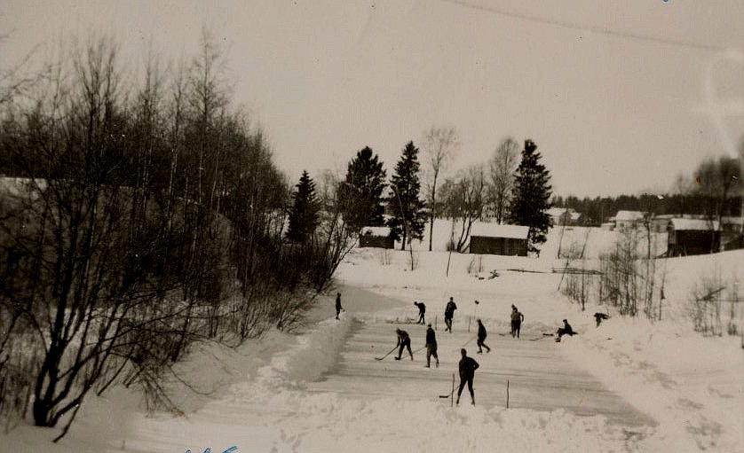 Ishockeyspelare på Lillån år 1965. Fotograferat från Lillbron.