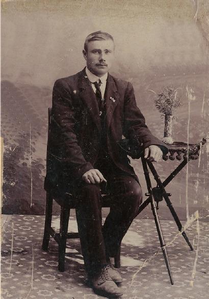 """Här på bilden sitter Johannes Hällback eller """"Timo-Jussi"""" som grannarna kallade honom."""