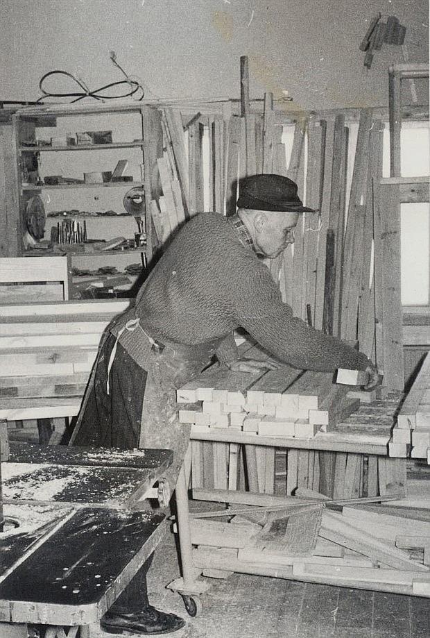 Här Johannes Myllyniemi i snickeriet.