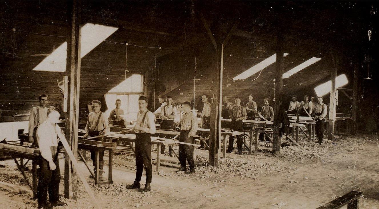 Här på skidfabriken Westa nära Varvsbacken i Kristinestad arbetade Johannes år 1927, han står här längst till höger. Westa tillverkade också möbler och inredningar. till exempel en stor del av inredningen i den svenska samskolan tillverkades här.