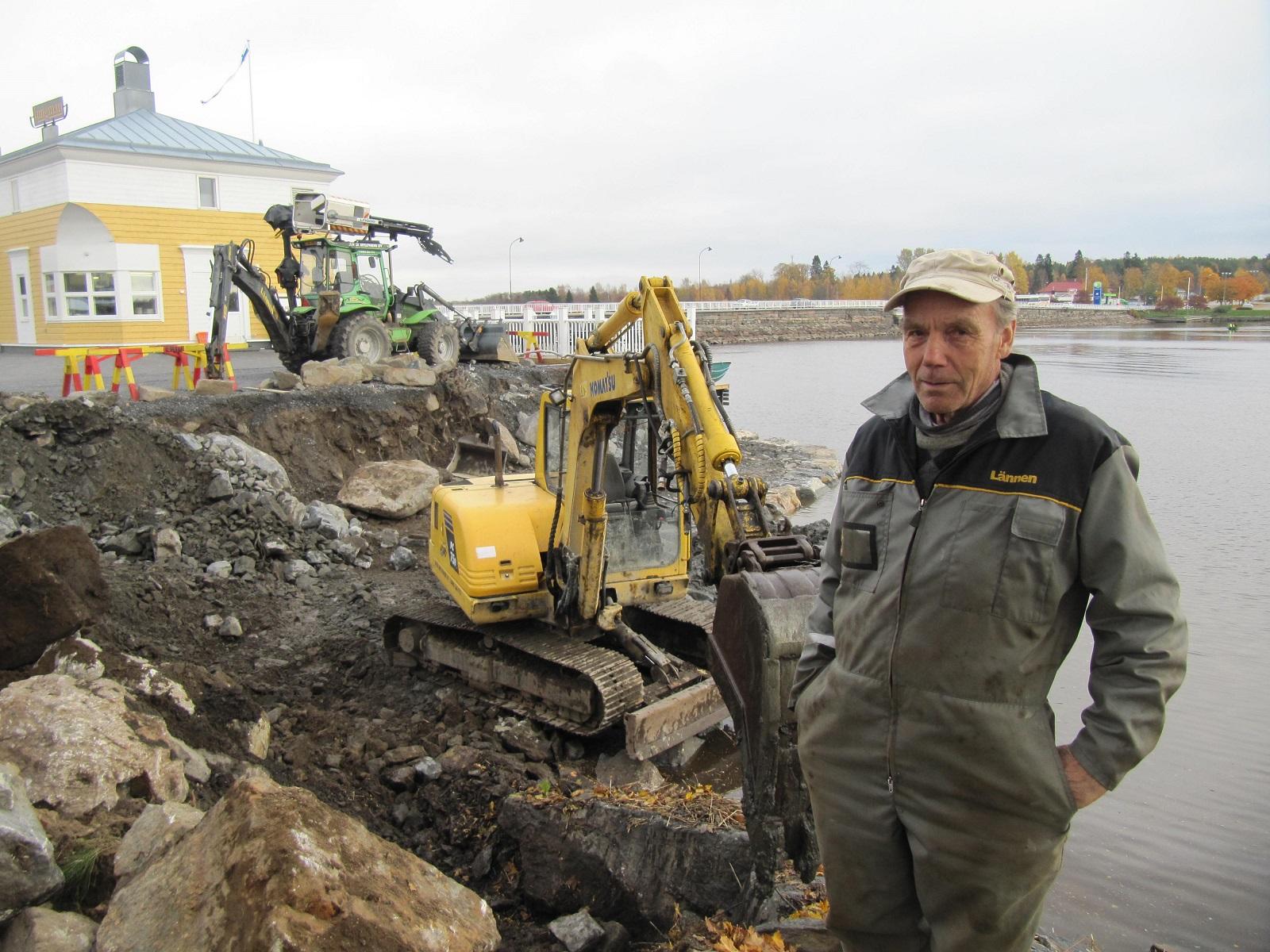 """Så här """"båsåt å oräidit"""" kan det se ut då Jukka påbörjar ett större arbete. Hösten 2014 höll han på med två grävmaskiner utanför nuvarande Jungmans restaurang vid Sjögatan."""