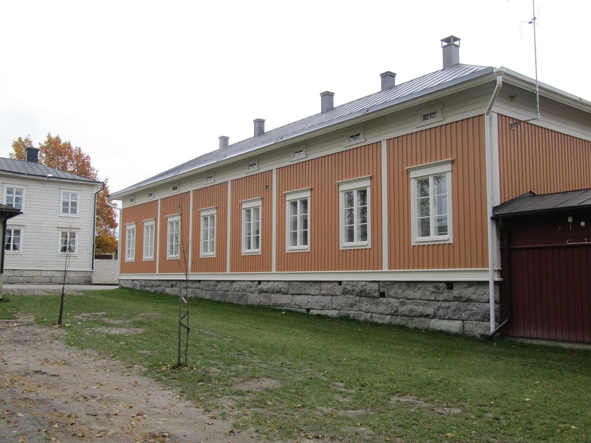 Genom att använda gamla kilade stenar som grund lyckades byggaren Pihlajaniemi få detta hus i Rådhusparken att se äldre ut vad det är. Det var ju Jukka Myllyniemi som gjorde själva jobbet.