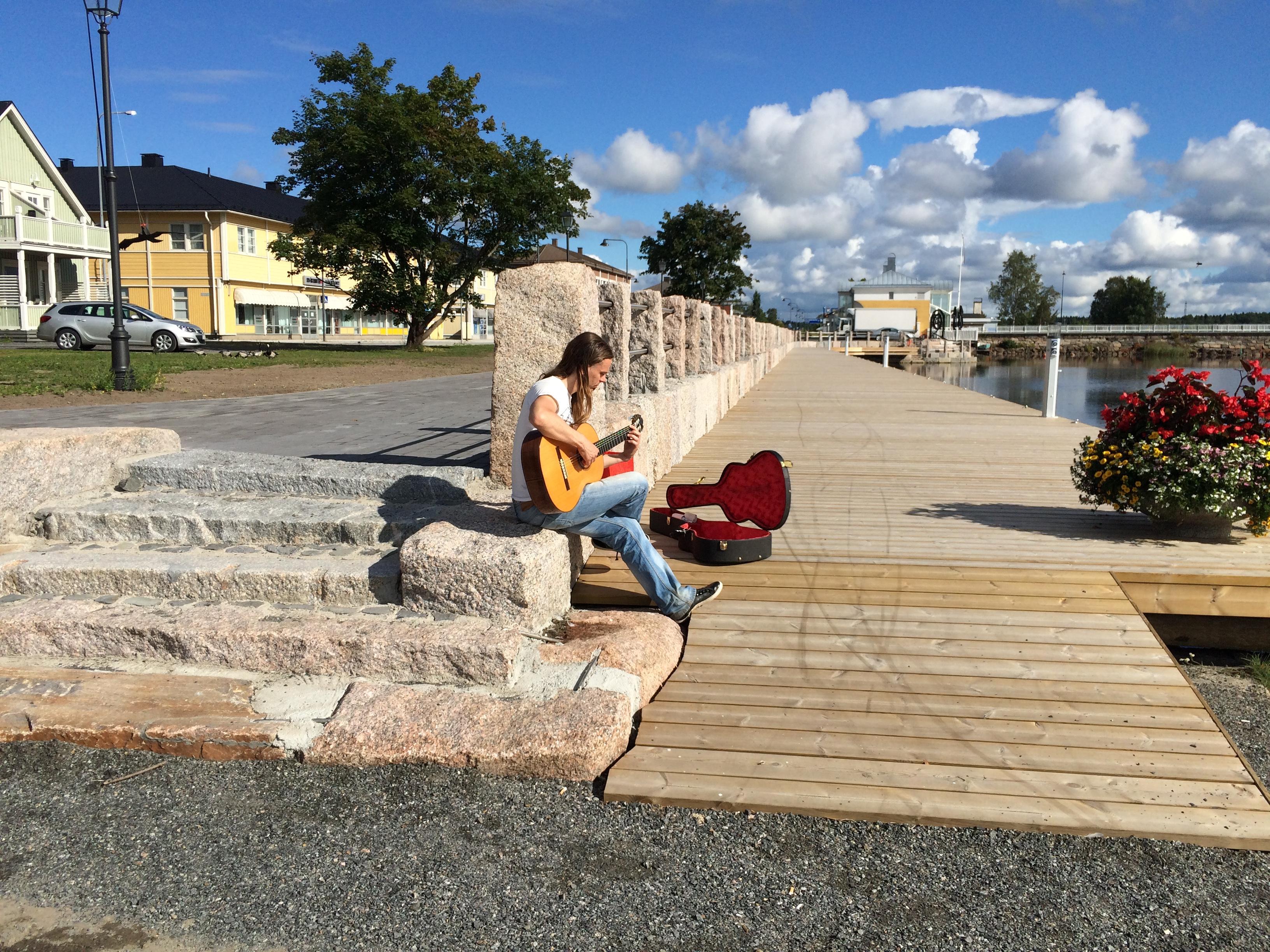 En ensam trubadur tyckte att den nya kajen i Kristinestad var en ypperlig plats för lite blues en tidig söndagsmorgon 2016.