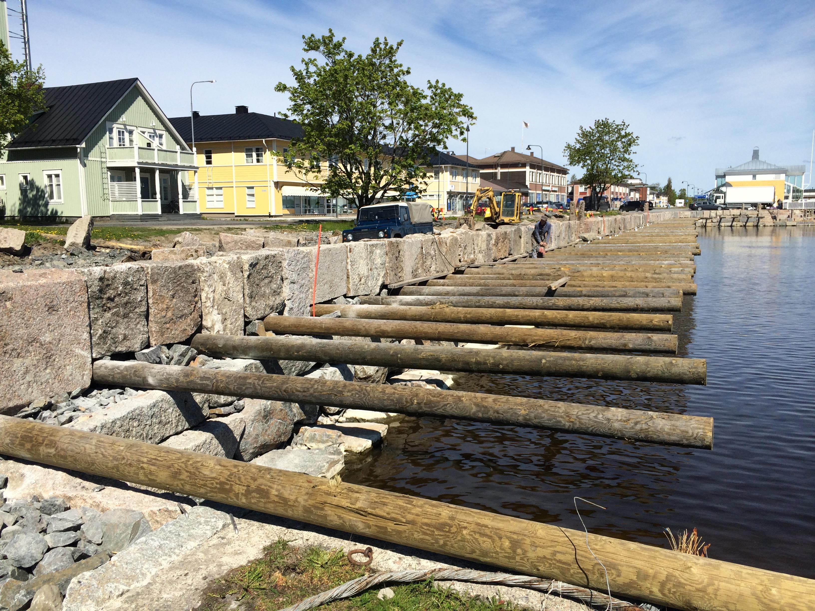 Bygget av den nya stenkajen längs Sjögatan var ju inget en mans arbete, trots att det ser så ut på detta foto. Här håller Jukka på att fästa stolparna som skall bära upp träbryggan.