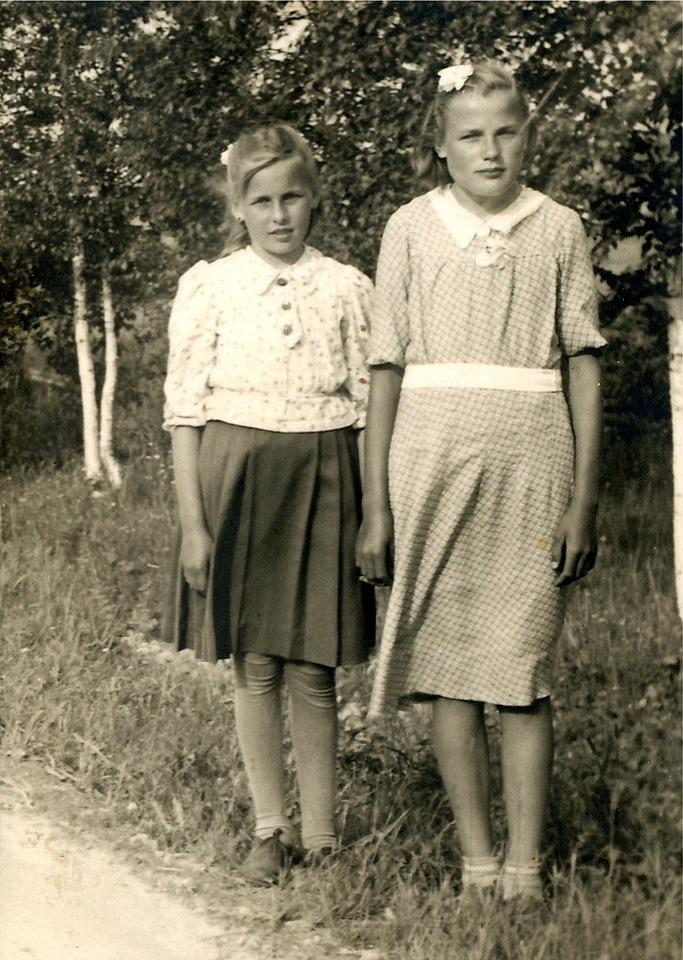 Här står kusinerna Kaino Santamäki (gift med Torsten Rosenback) och Helvi Santamäki, gift Klemets.
