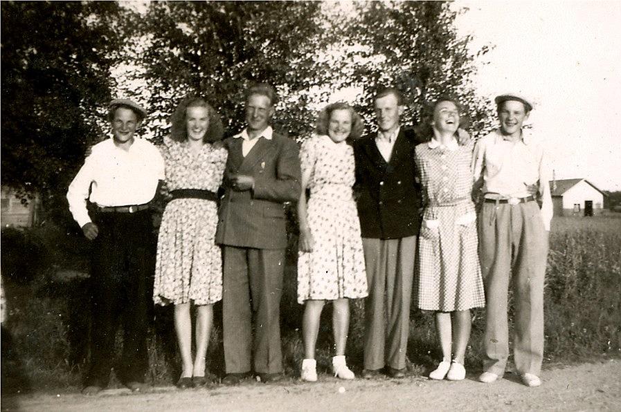 Här är det bara glada miner på Åbackvägen, från vänster Keijo, Alli, Leo, Helvi, Nils, Alli och Kauko.