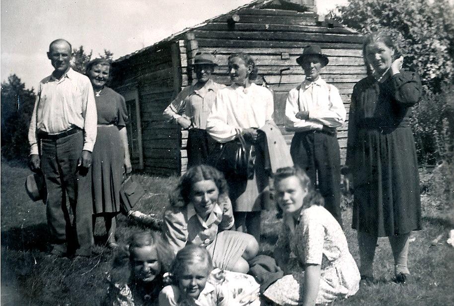 Till vänster står Knut och Hilda Santamäki, när de tillsammans med andra släktingar besöker Knuts barndomshem i Päntäne.