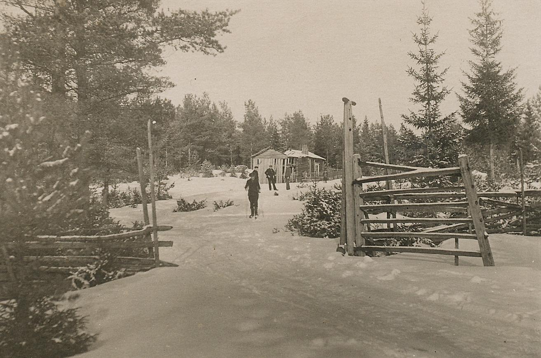 Knut Santamäki föddes år 1900 i Päntäne i gården i bakgrunden.