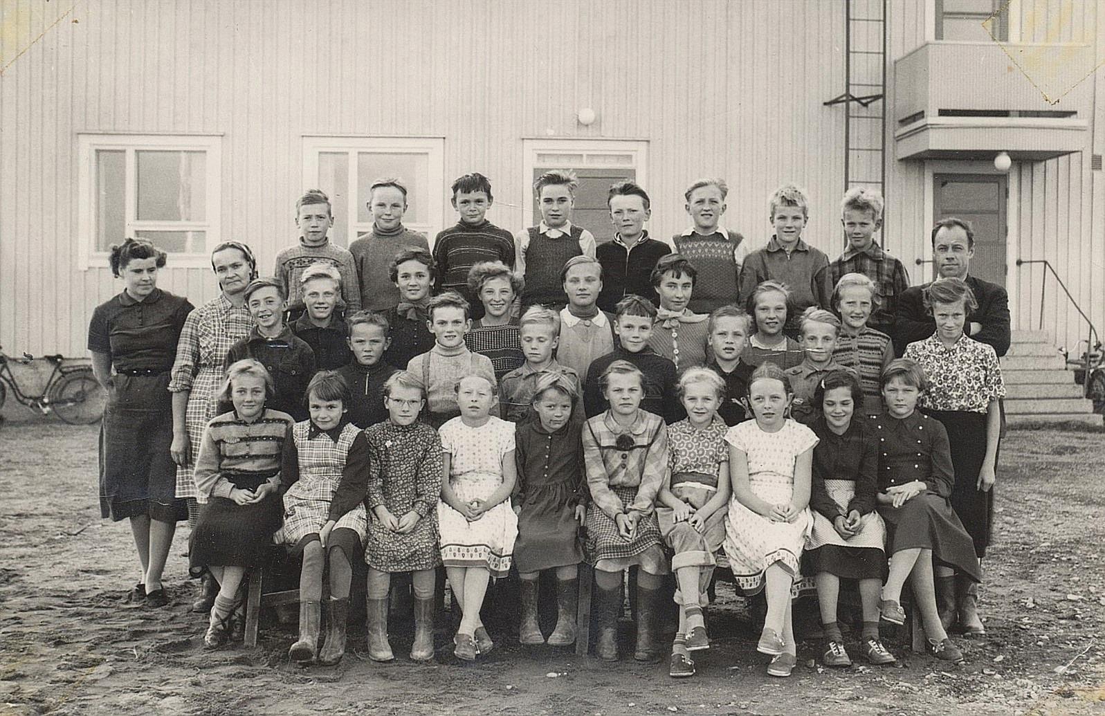 År 1955 var det så här många elever i finska folkskolan. Till vänster Ilona Klemets och till höger Ilmari Aho.