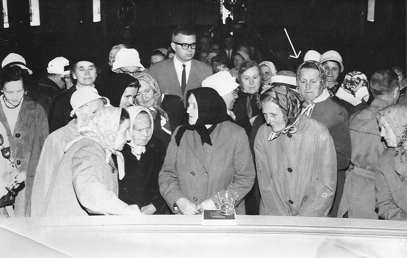 Den 15 juli 1962 donerade Marthaföreningarna i Lappfjärd en brudkrona till församlingen och kyrkobesökarna fick en möjlighet att se kronan på nära håll. Vid pilen står Elin Landgärds, född Lillkull på Sunnantillvägen.