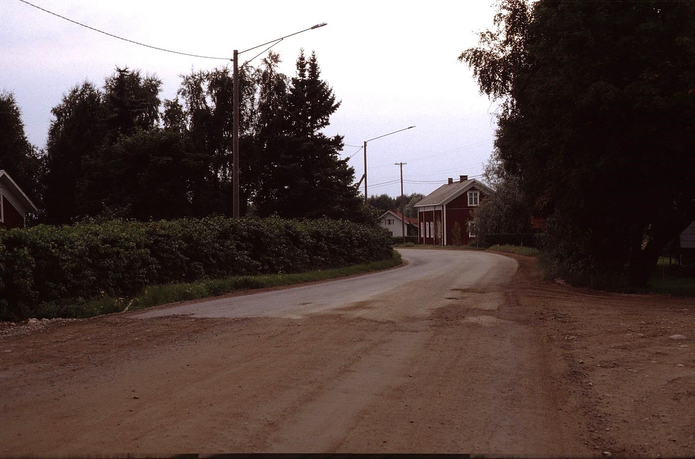 Sebbas-backan fotad år 1983. Mitt i bild Björklund Alvars gård, t.h. Dahlroos gamla gård och i vänstra kanten skymtar Frans Agnäs lillstuga.