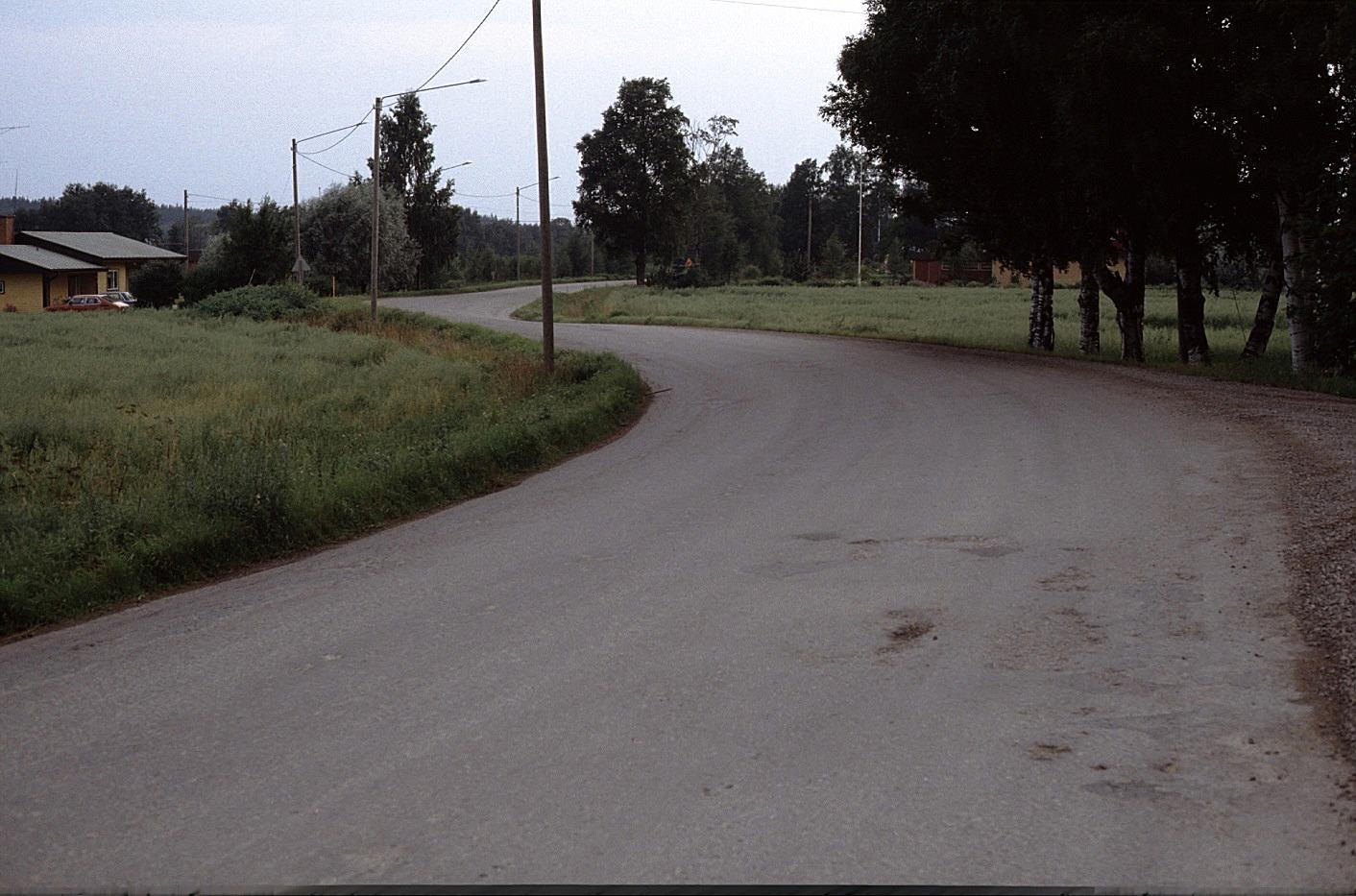 Landsvägen fotad utanför Vikfors gård mot Klemetsändan år 1983. T.v. Holger Hammarbergs hus.
