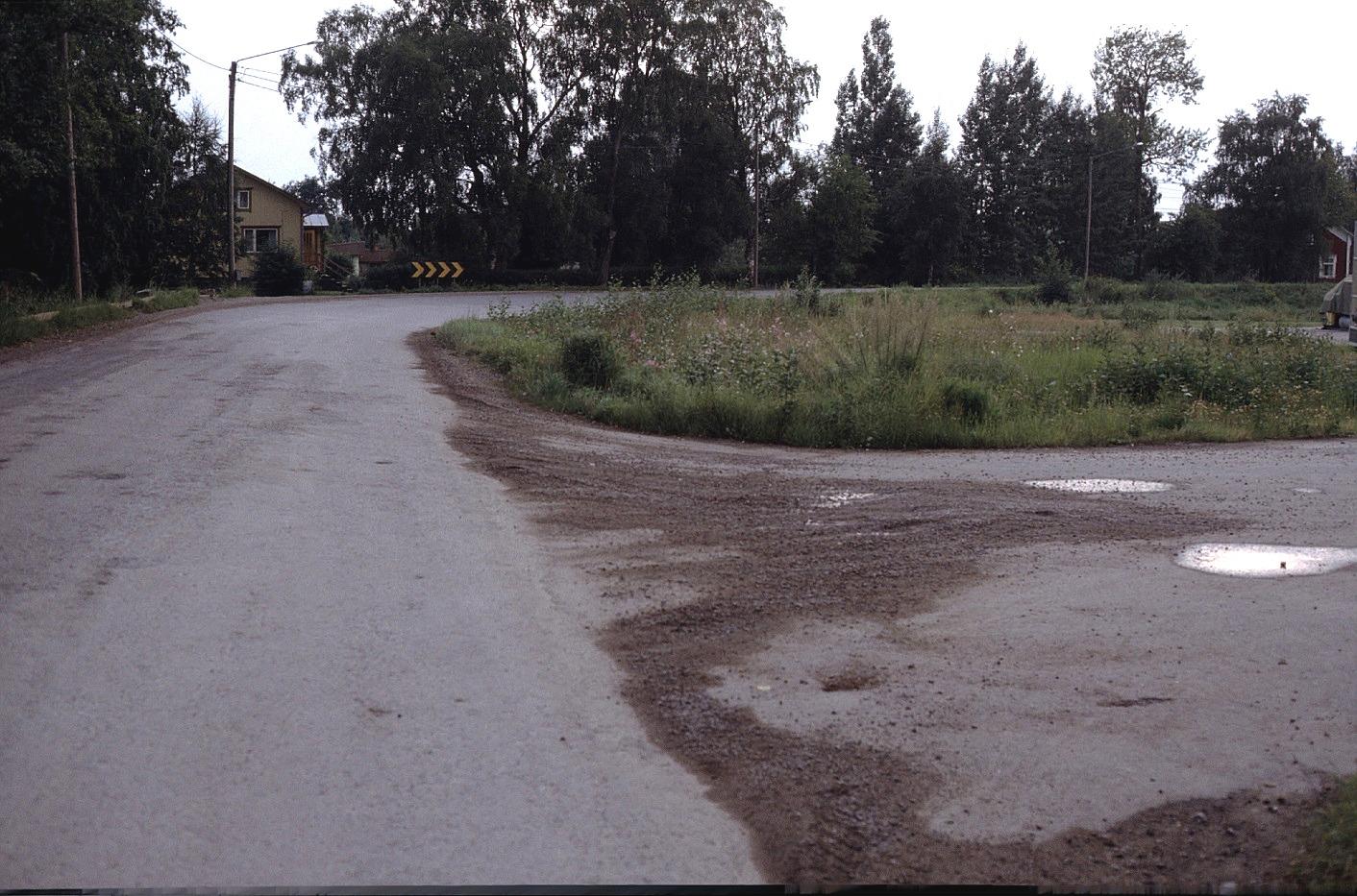 Vid Lindells fanns en tvär krök på landsvägen. Året är 1983, t.v. Heiniös hus och t.h skymtar Grans Lennarts hus.