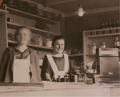 Sylvia Salin arbetade på Kyynys café på Strandgatan i 8 år. Fotot är från 1925 och till vänster står Miili Söderback.