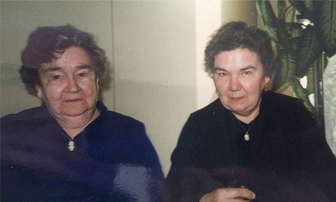 Här Sylvia Myllyniemi tillsammans med äldsta dottern Alli Myllymäki.