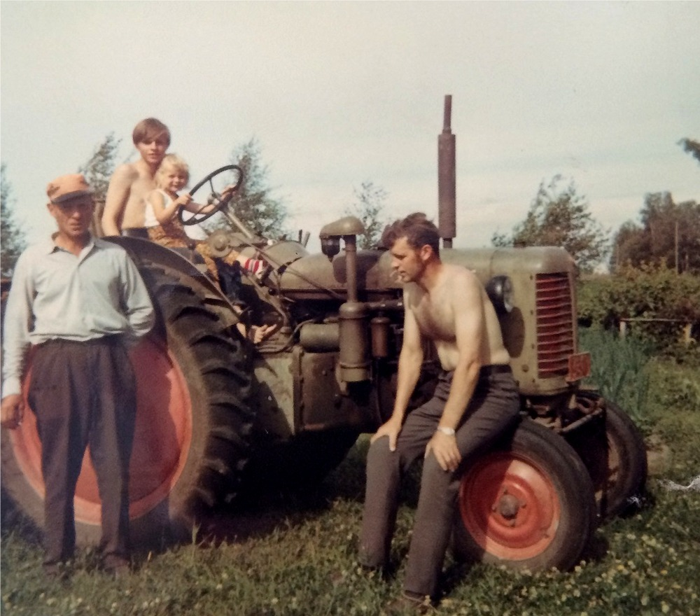 Nils Klemets till vänster och brodern Stig sitter på framjulet till Zetor 25 K som Nils hade köpt från Backlundas i tiderna. På traktorn sitter Sten med Marianne i famnen.