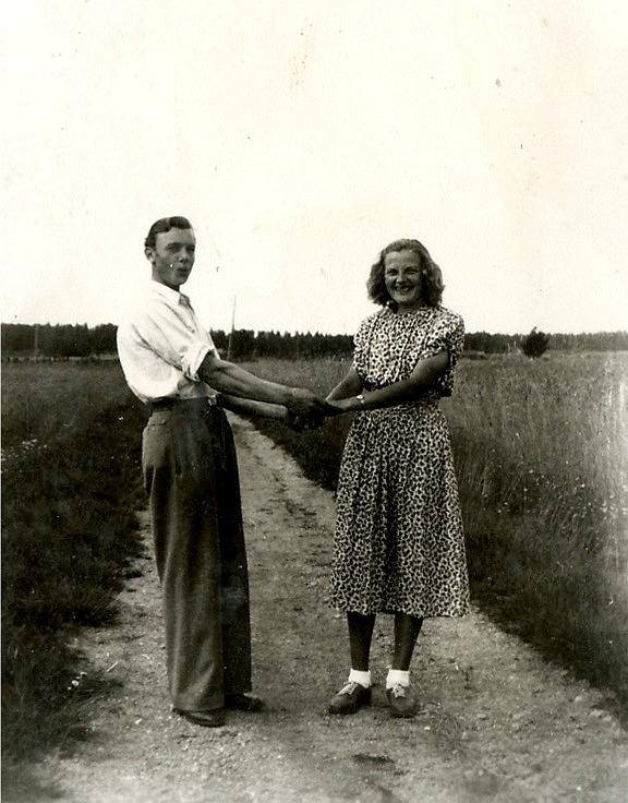 Nils och Helvi i unga år på en åkerväg någonstans på Åbackan.