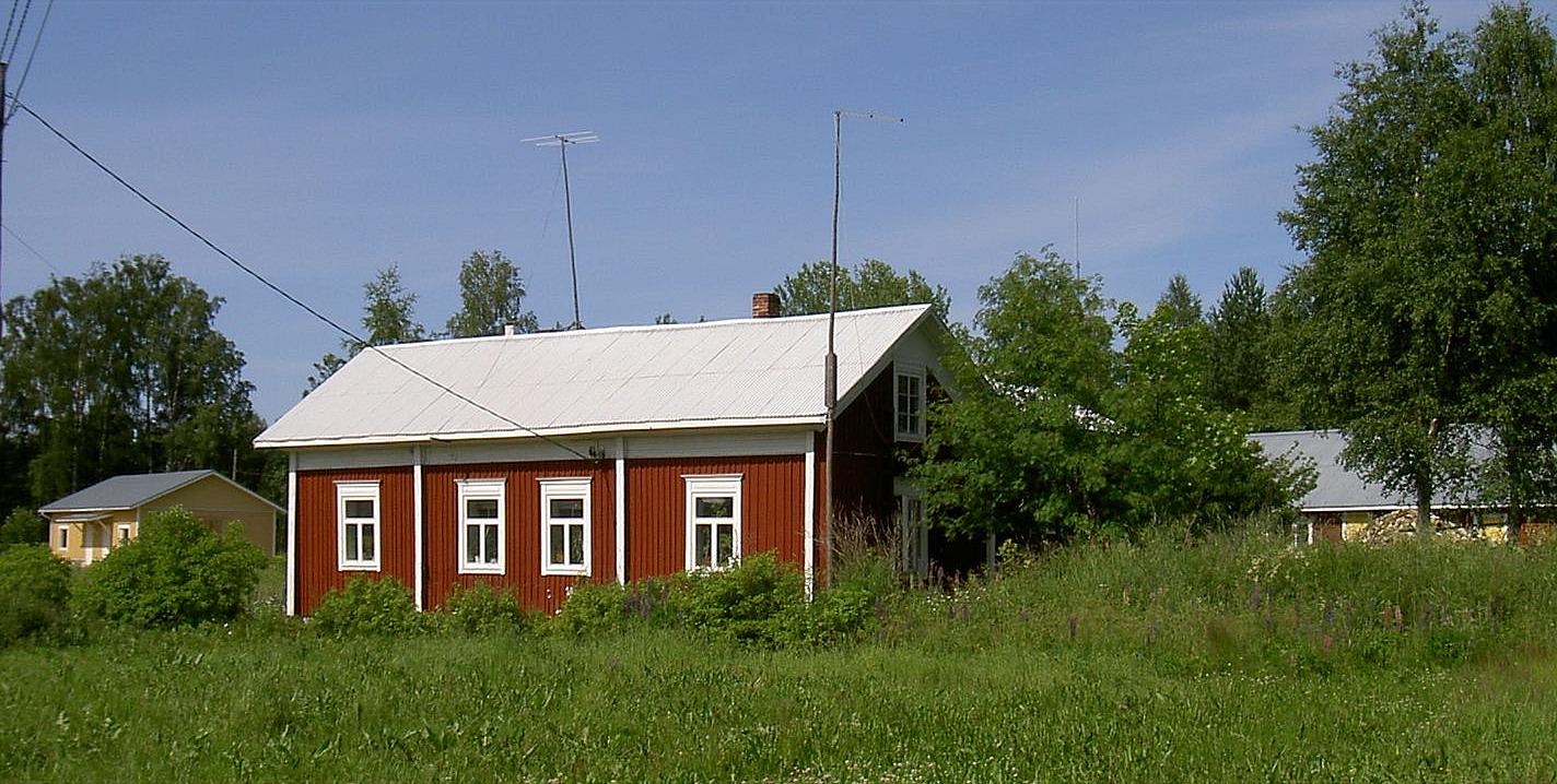 Rosengårds hus ligger vackert inbäddat i grönskan. I bakgrunden till vänster syns Dagsmark Ungdomsförenings uthusbyggnad som uppfördes 2003.