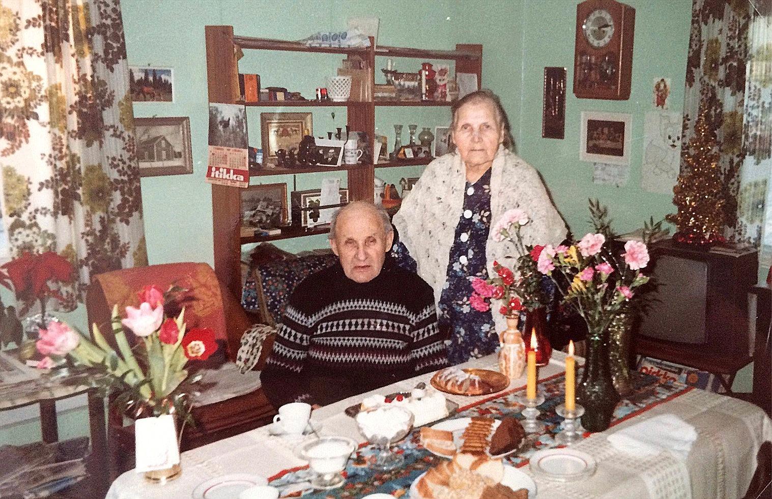 Knut Santamäki som fyller 85 år blir här uppassad av hustrun Hilda i hemmet på Åbackvägen.